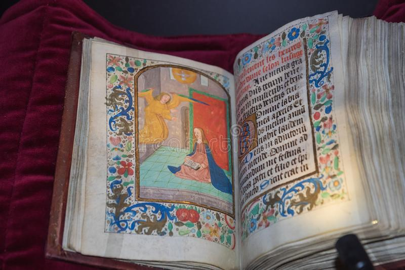Manuscrito medieval iluminado na abadia do licor beneditino foto de stock royalty free