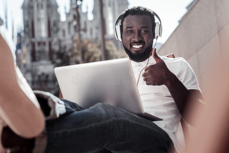 Manuseio de trabalho do freelancer masculino acima ao trabalhar fora fotos de stock royalty free