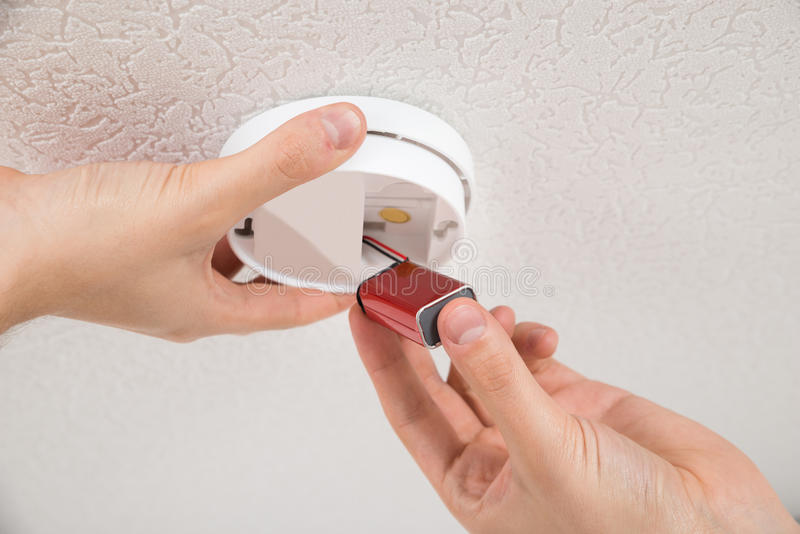 Manusje van alles Repairing Smoke Detector royalty-vrije stock fotografie