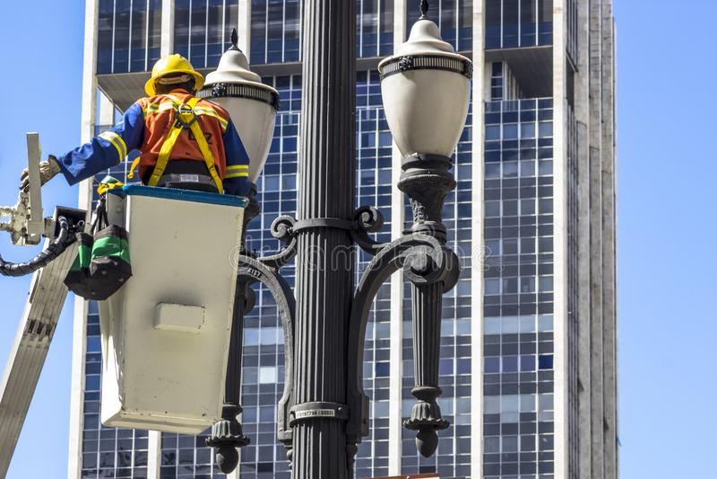 Manutenção da luz de rua fotografia de stock