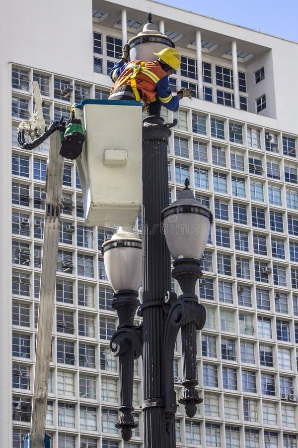 Manutenção da luz de rua imagens de stock royalty free