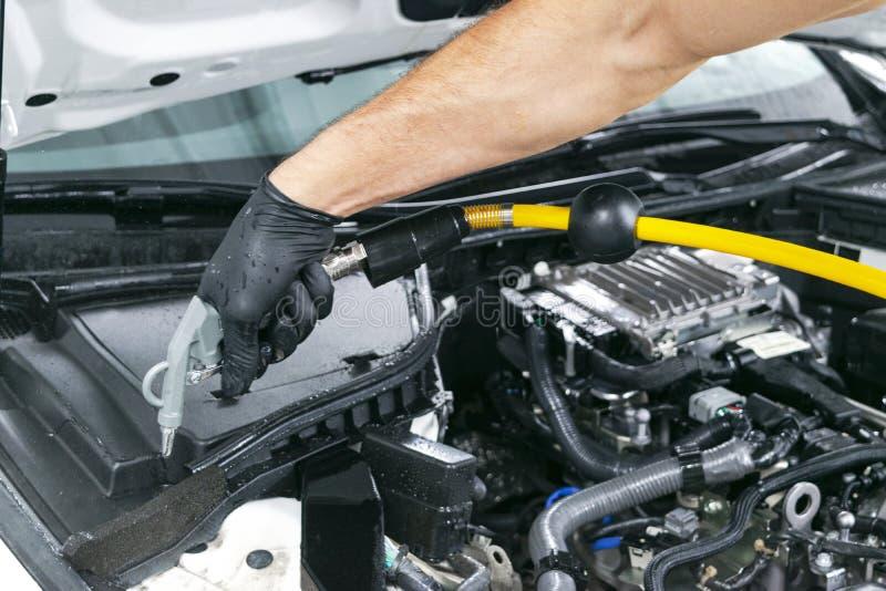 Manutenção de detalhe do carro, motor de limpeza com vapor quente lavagem de alta pressão Conceito de lavagem do carro Detalhe do foto de stock royalty free