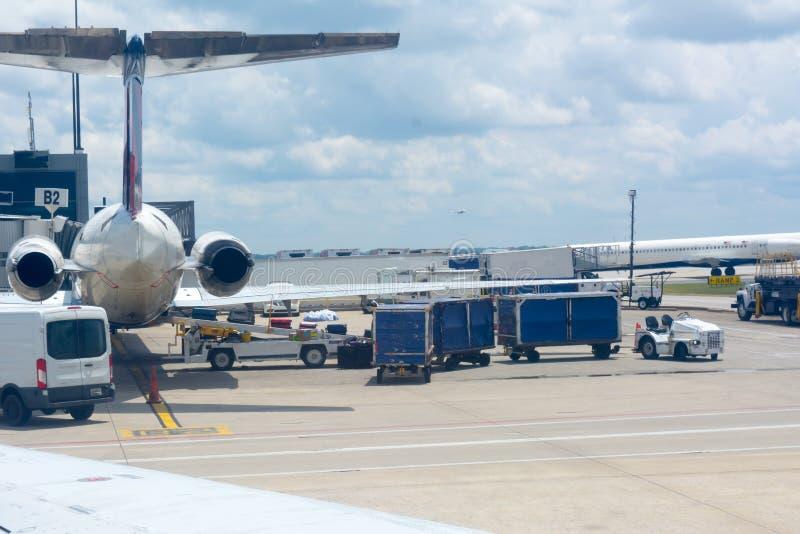 Manutenção de espera dos aviões no aeroporto imagem de stock royalty free