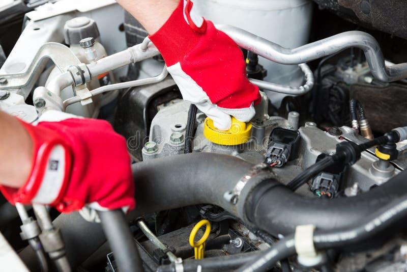 Manutenção do carro - motor de veículo da verificação do mecânico fotos de stock