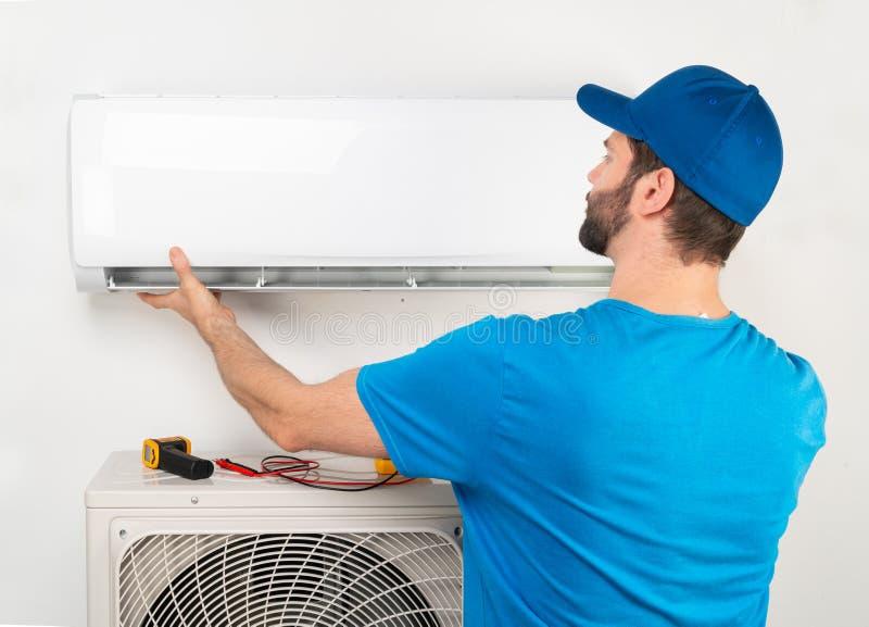 Manutenção do reparo do reparo do serviço da instalação de uma unidade interna do condicionador de ar, pelo trabalhador technican imagens de stock