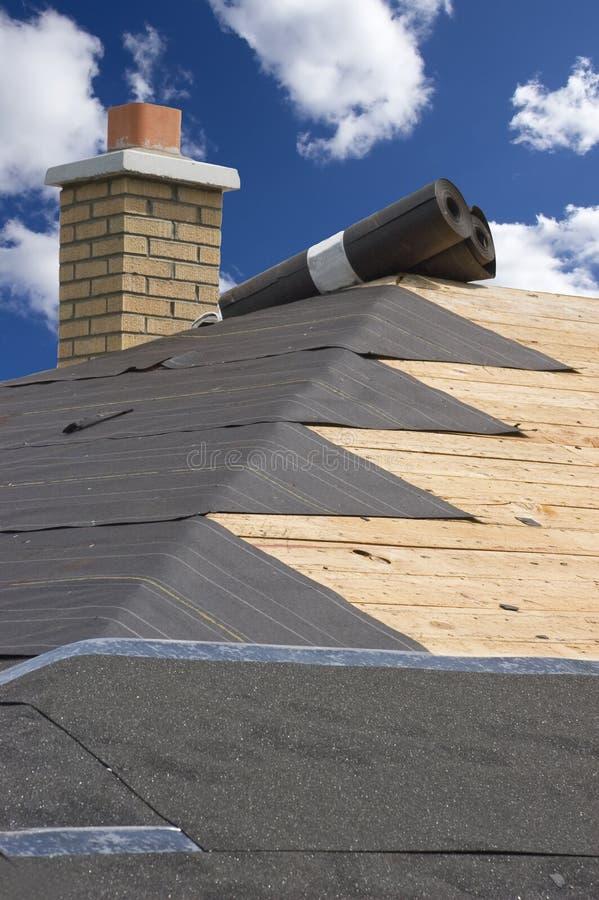Manutenção Home do telhado, telhas da construção da casa fotos de stock royalty free