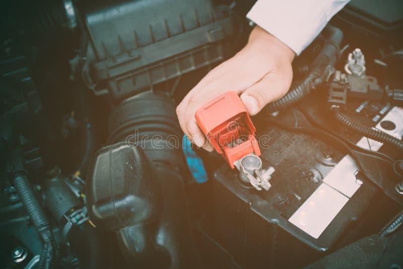 Manutenzione accumulatore per di automobile sempre disponibile Mettendo a fuoco delicatamente arancia im immagini stock libere da diritti