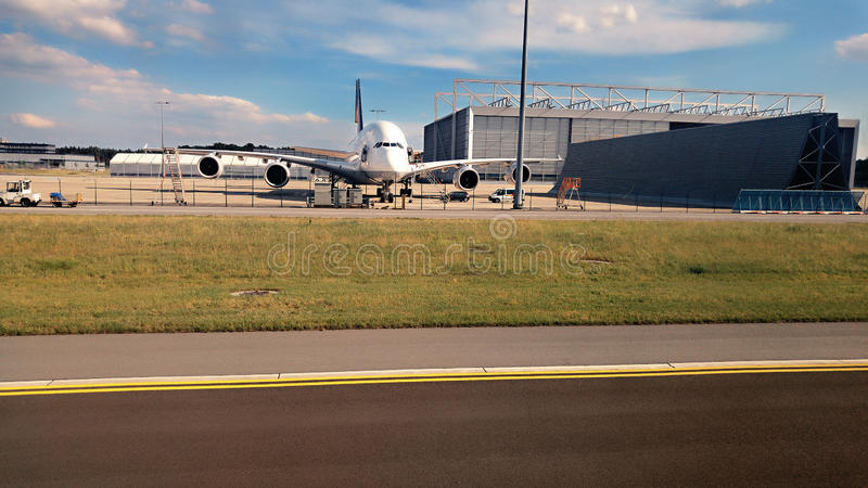 Manutenzione degli aerei nel parcheggio fotografia stock