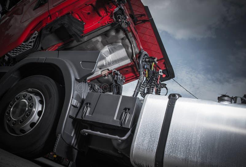 Manutenzione del camion dei semi fotografie stock libere da diritti