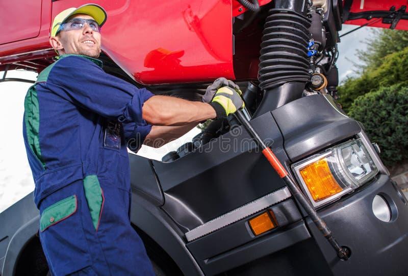 Manutenzione del camion dei semi fotografia stock