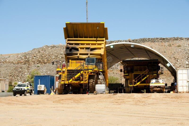 Manutenzione dell'autocarro con cassone ribaltabile di estrazione mineraria fotografie stock libere da diritti