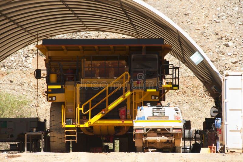 Manutenzione dell'autocarro con cassone ribaltabile di estrazione mineraria fotografia stock libera da diritti