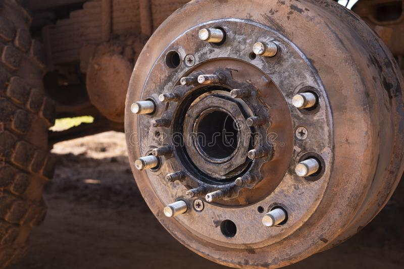 Manutenzione un hub e sopportare di ruote del camion Hub di ruote posteriori e dado di bullone di un camion in corso della ruota  immagini stock