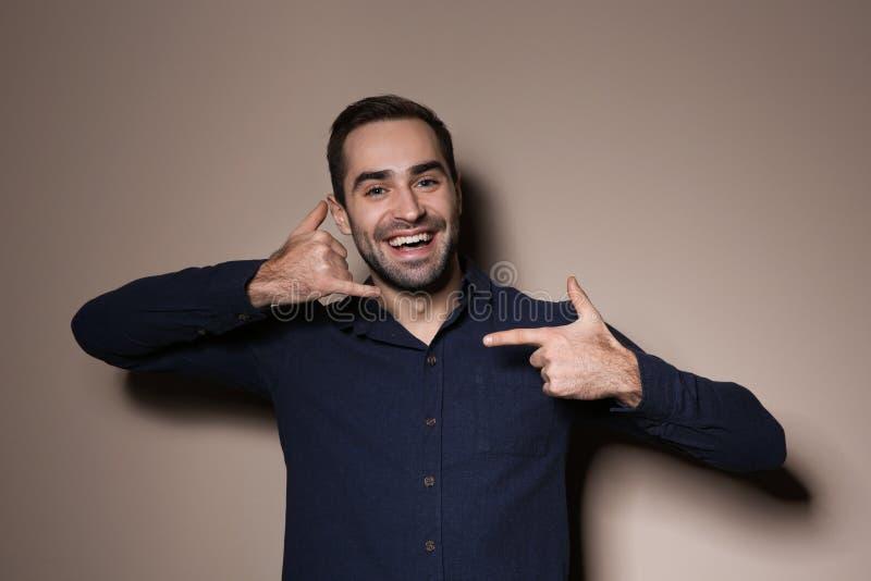 ManvisningAPPELL MIG gest i teckenspråk på bakgrund arkivbilder