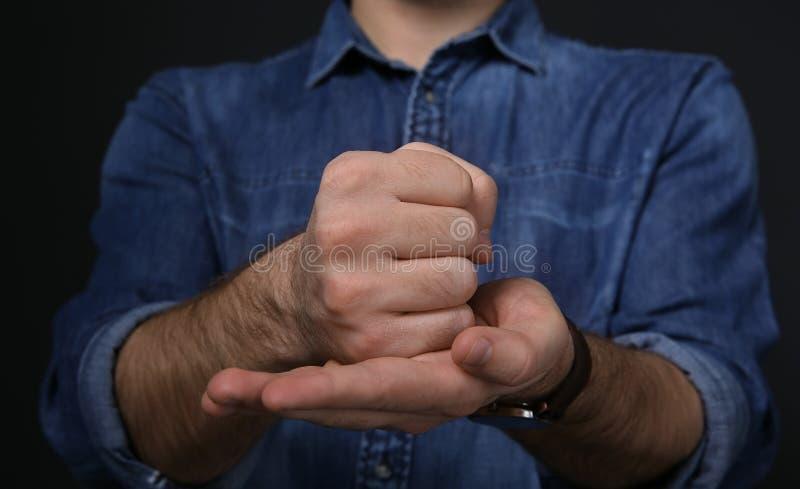 Manvisningordet KORSFÄSTER i teckenspråk på svart bakgrund arkivbilder