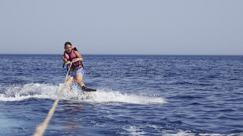 Manwakeboarder på havet i sommar royaltyfri fotografi
