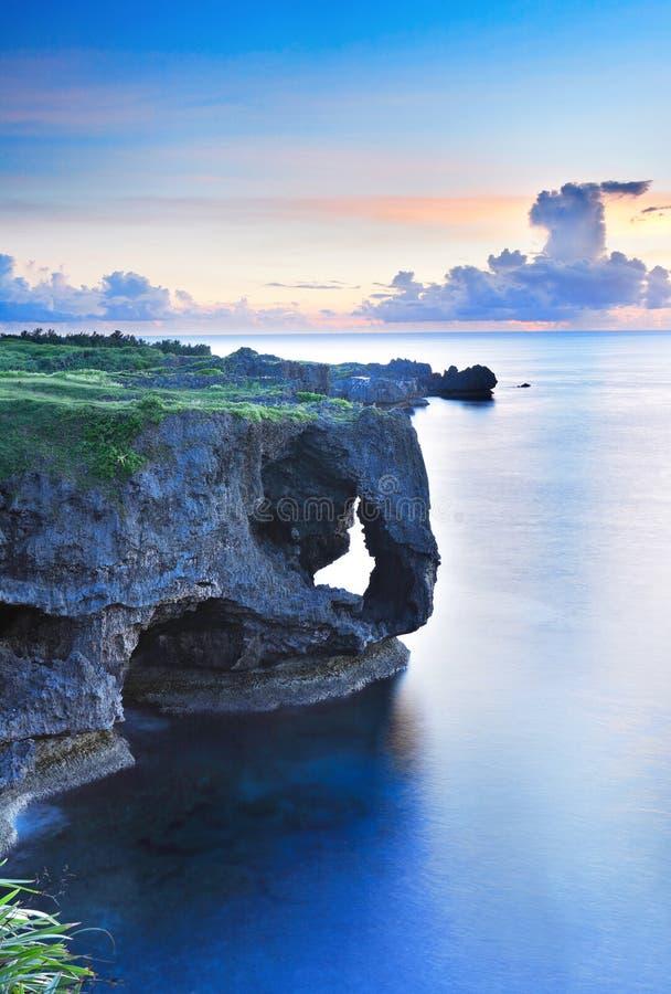 Manzamo在日落的冲绳岛 免版税库存照片