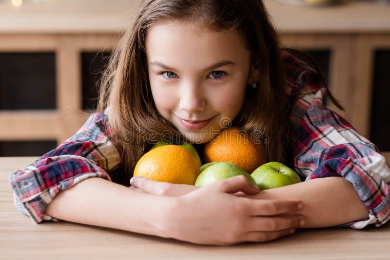 Manzana anaranjada orgánica de la fruta del bocado de la dieta sana del niño fotografía de archivo libre de regalías