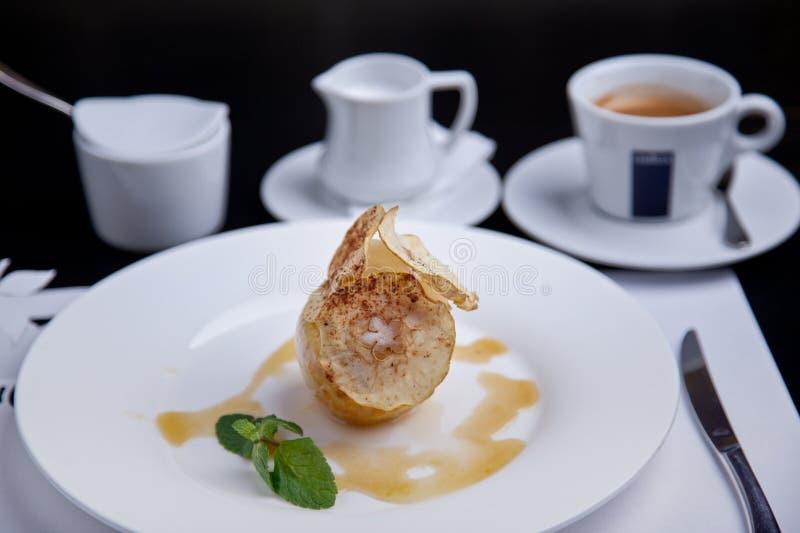 Manzana cocida con la bola del helado y la taza del coffe imágenes de archivo libres de regalías