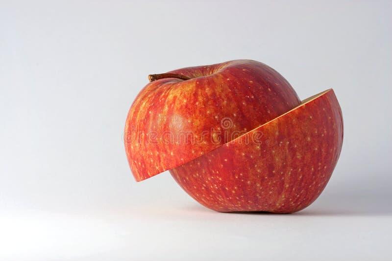 Manzana cortada en fondo ligero imágenes de archivo libres de regalías