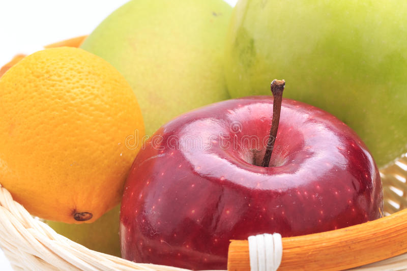 Manzana del mango del limón en la cesta imagen de archivo