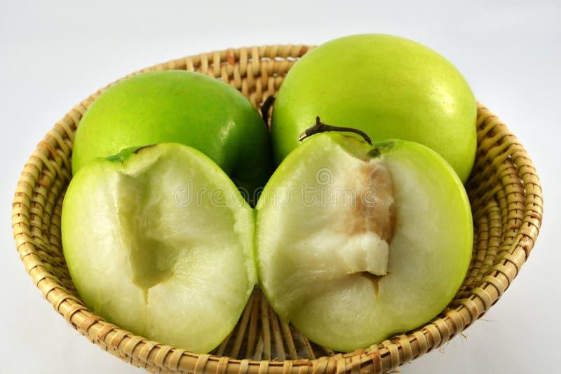 Manzana del mono en cesta imagenes de archivo