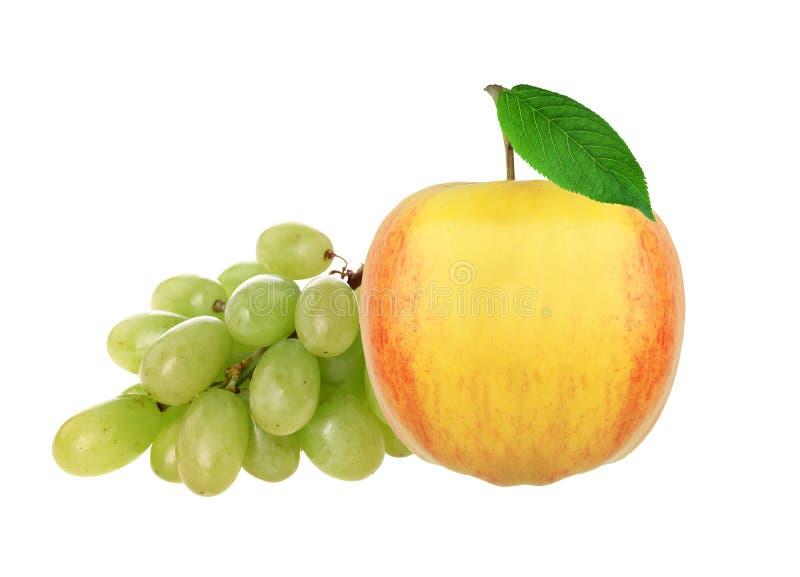 Manzana fresca y uva amarillas, aisladas en blanco fotos de archivo