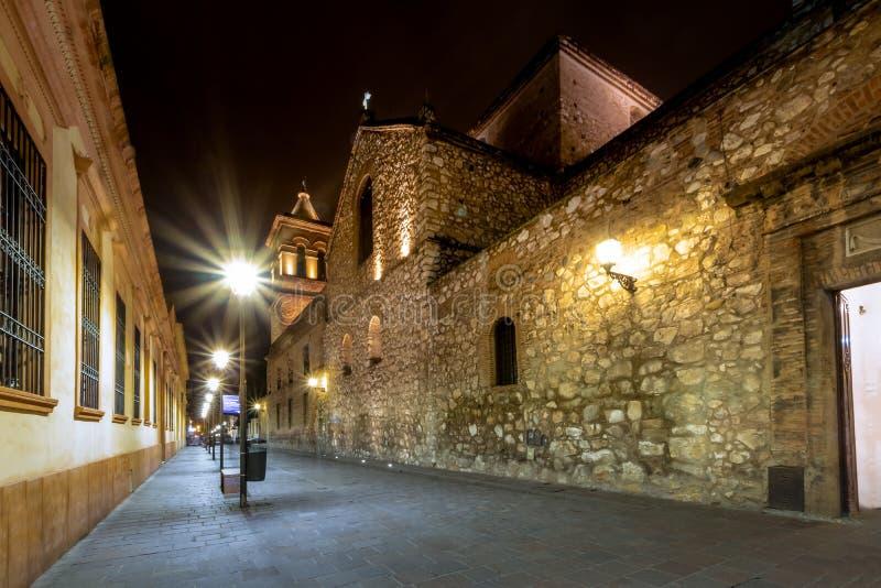 Manzana Jesuitica块和耶稣会Iglesia de la Compania德赫苏斯在晚上-科多巴,阿根廷的阴险的人教会 库存图片