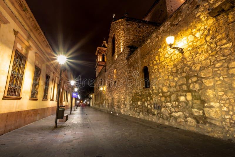 Manzana Jesuitica块和耶稣会Iglesia de la Compania德赫苏斯在晚上-科多巴,阿根廷的阴险的人教会 免版税库存照片