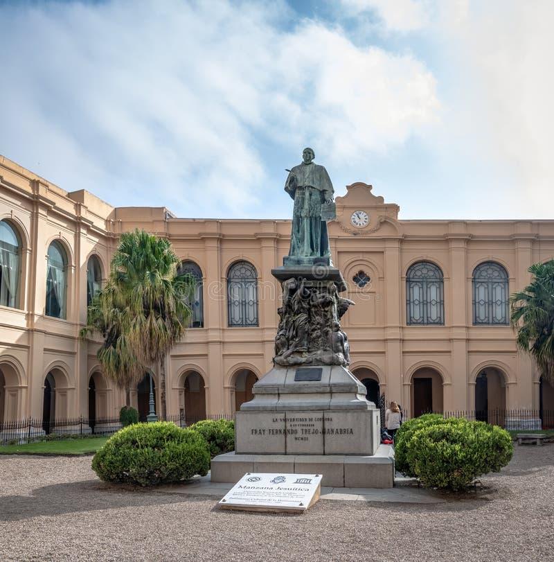 Manzana Jesuitica庭院和Obispo Trejo雕象-科多巴,阿根廷 图库摄影