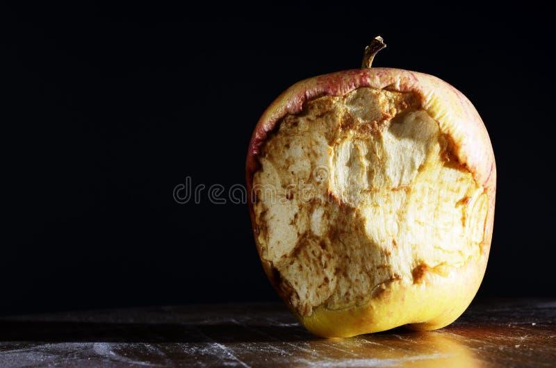 Manzana mordida en un fondo oscuro foto de archivo libre de regalías