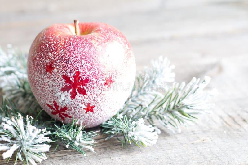Manzana nevosa de la Navidad con concepto del fondo del extracto del árbol foto de archivo libre de regalías