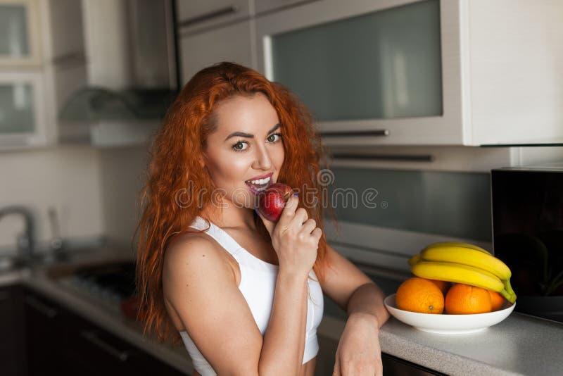 Manzana penetrante de la mujer juguetona imagenes de archivo
