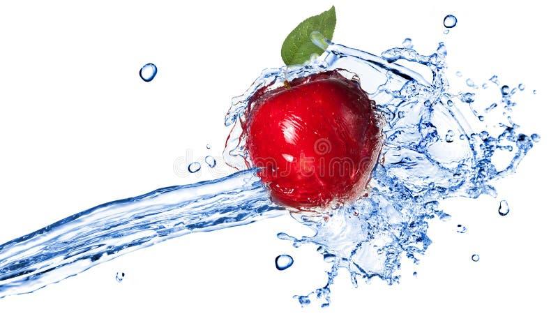Manzana roja con el chapoteo de la hoja y del agua aislado en blanco foto de archivo libre de regalías