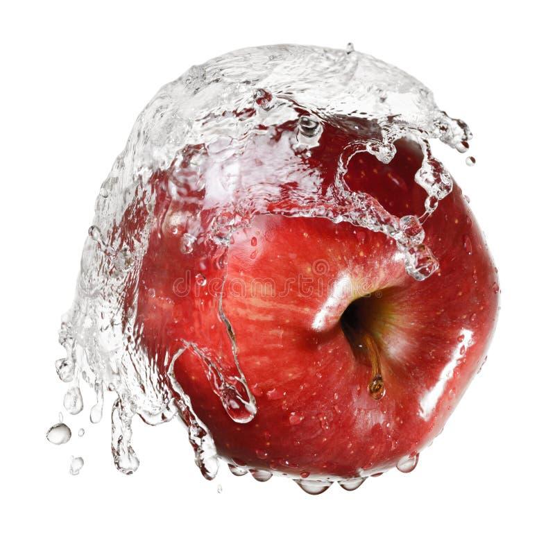 Manzana roja en el chapoteo del agua imagen de archivo libre de regalías