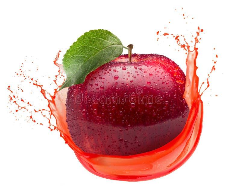 Manzana roja en el chapoteo del jugo aislado en un fondo blanco fotografía de archivo