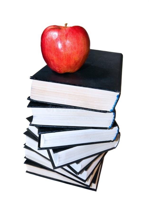 Manzana roja en la pila de libro fotografía de archivo libre de regalías