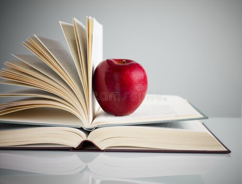 Manzana roja en los libros imagen de archivo libre de regalías