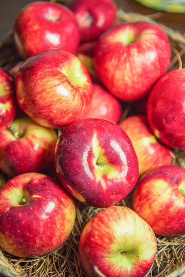 Manzana roja en una cesta foto de archivo libre de regalías