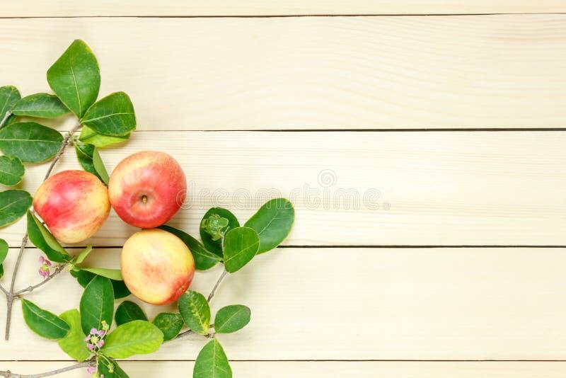 Manzana roja y hoja de la visión superior en de madera imagen de archivo