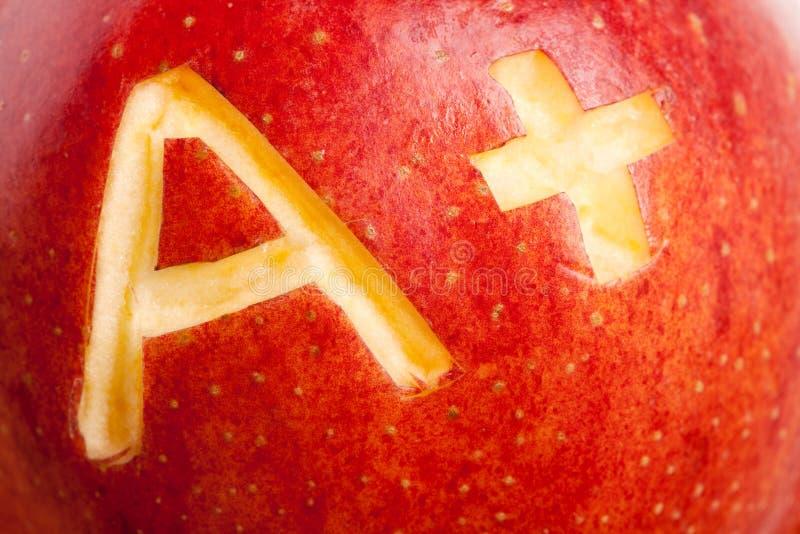 Manzana roja y un signo más imagen de archivo