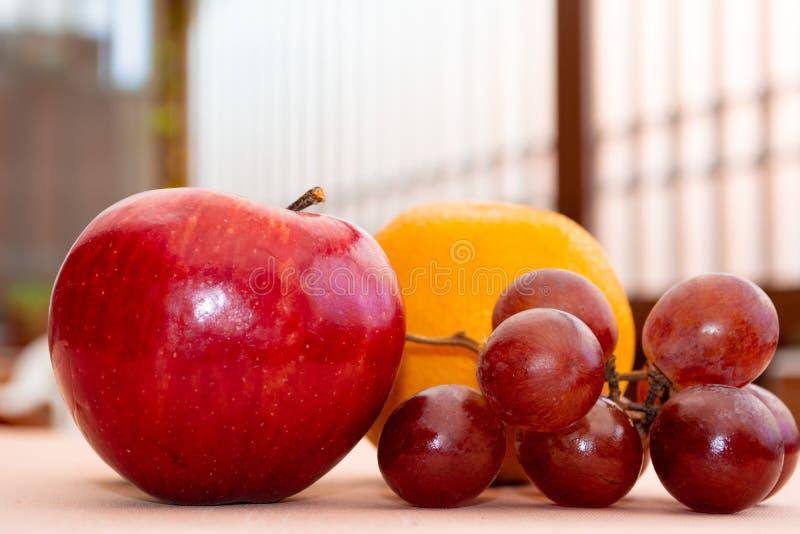 Manzana, uvas y naranja rojas imágenes de archivo libres de regalías