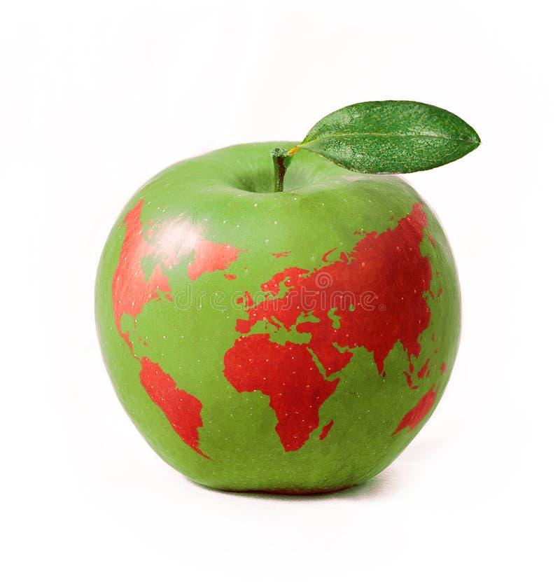 Manzana verde con el mapa del mundo rojo, aislado en el fondo blanco fotografía de archivo