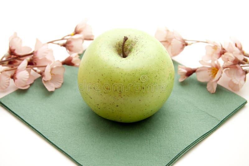 Manzana verde con la servilleta fotografía de archivo libre de regalías