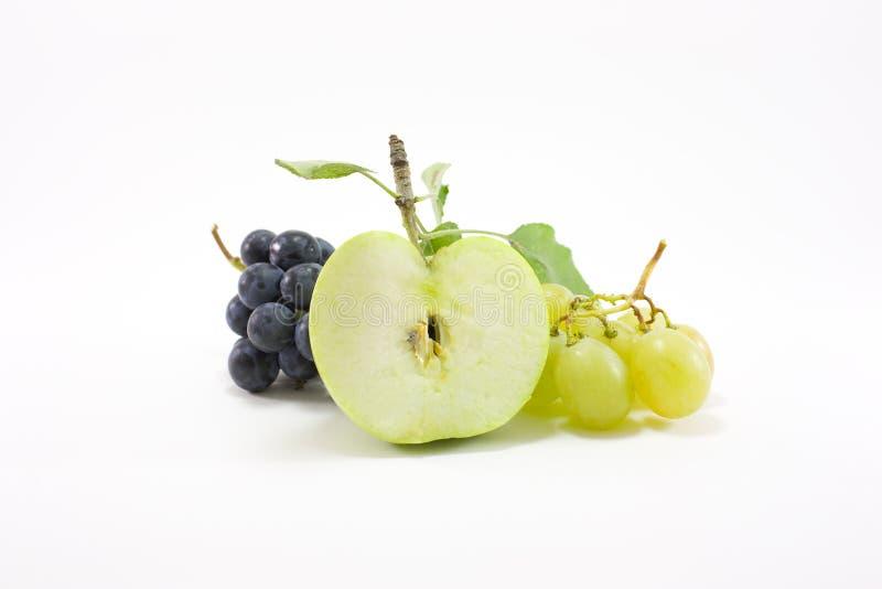 Manzana verde con las uvas fotografía de archivo