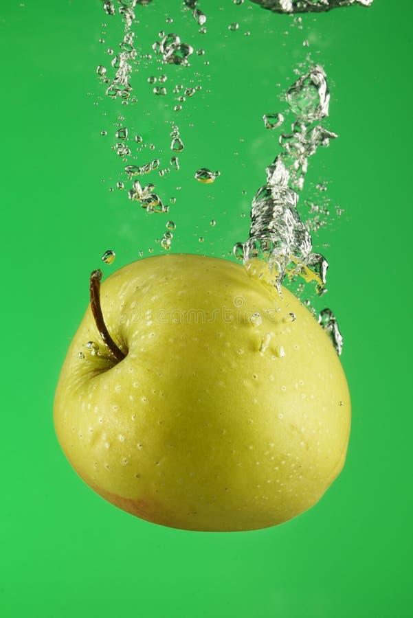 Manzana verde debajo del agua fotos de archivo libres de regalías