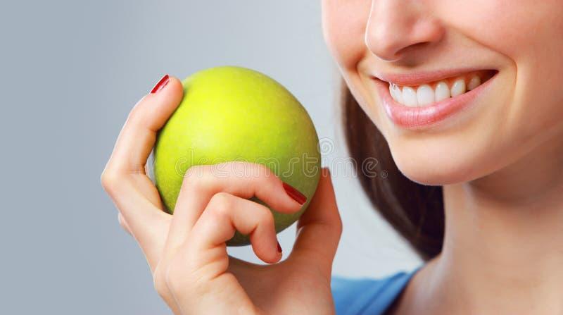 Manzana verde, dientes blancos imágenes de archivo libres de regalías