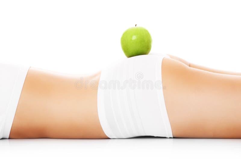 Manzana verde en cuerpo imágenes de archivo libres de regalías
