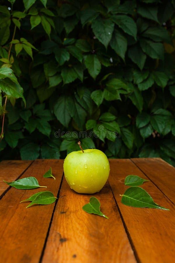 Manzana verde en el pueblo fotografía de archivo libre de regalías