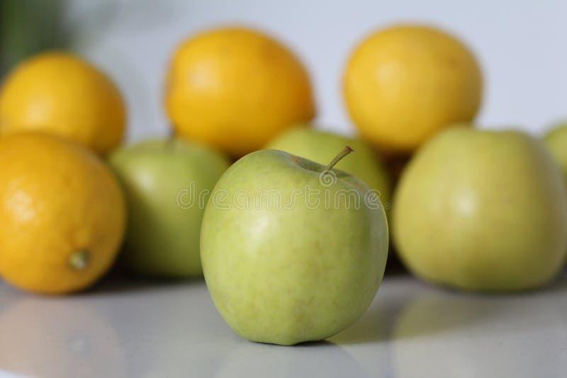 Manzana verde en el vector foto de archivo
